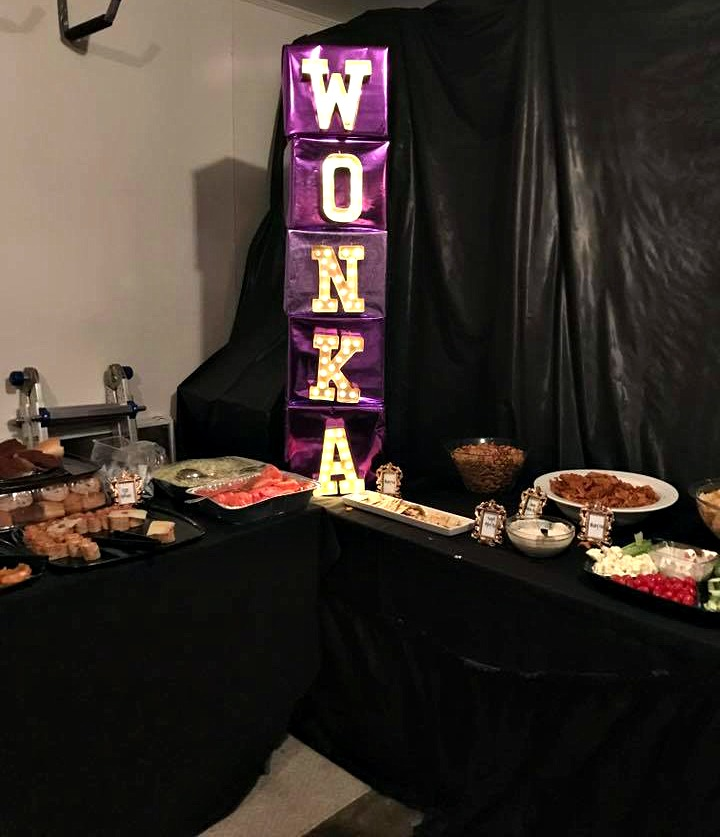 willy-wonka-halloween-party-wonka-light-up-sign-food