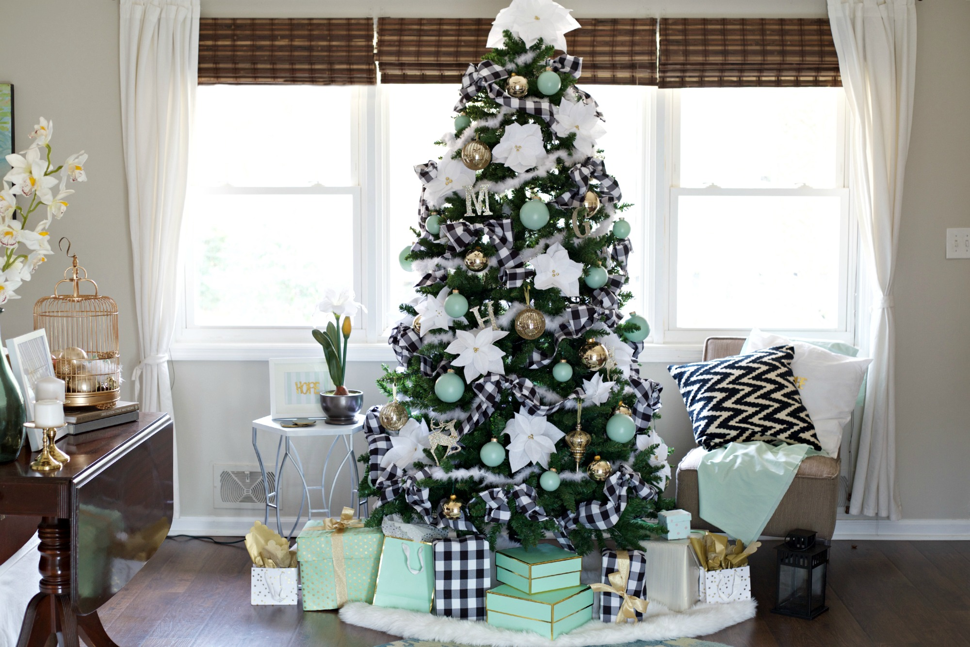 Easy Christmas Decorating Ideas | PartiesforPennies.com | Budget Friendly | Christmas Tree | Tree